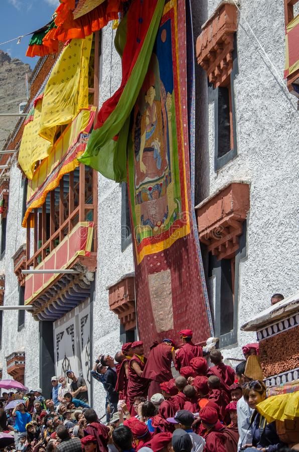 Los monjes budistas revelan el Thangka- una pintura budista tibetana de Lord Padmashambhava imágenes de archivo libres de regalías