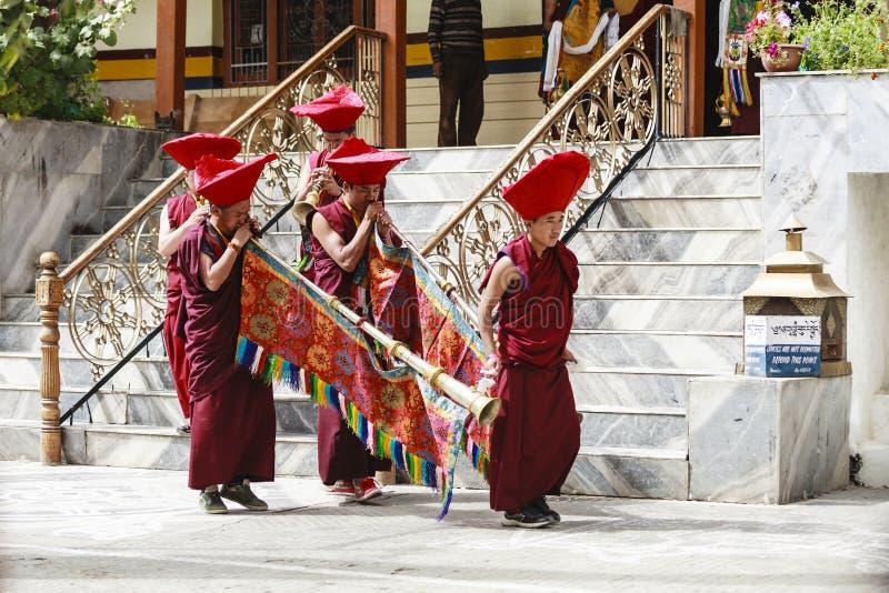 Los monjes budistas tibetanos no identificados juegan la música para la ceremonia de inauguración del festival de Hemis imagenes de archivo