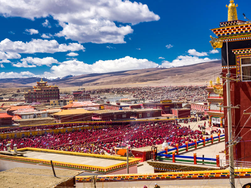 Los monjes budistas y las monjas tibetanos no identificados recolectaron en Yarchen fotografía de archivo libre de regalías