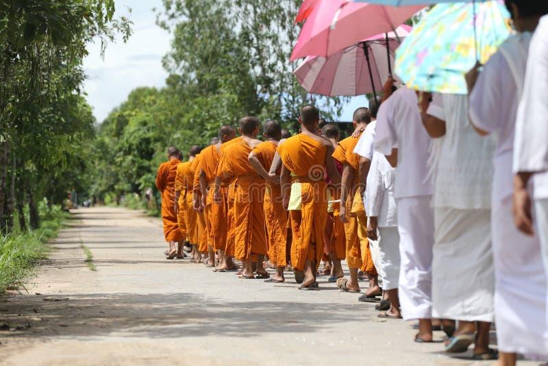 Los monjes caminaban en el camino para la cabeza al templo imagen de archivo libre de regalías