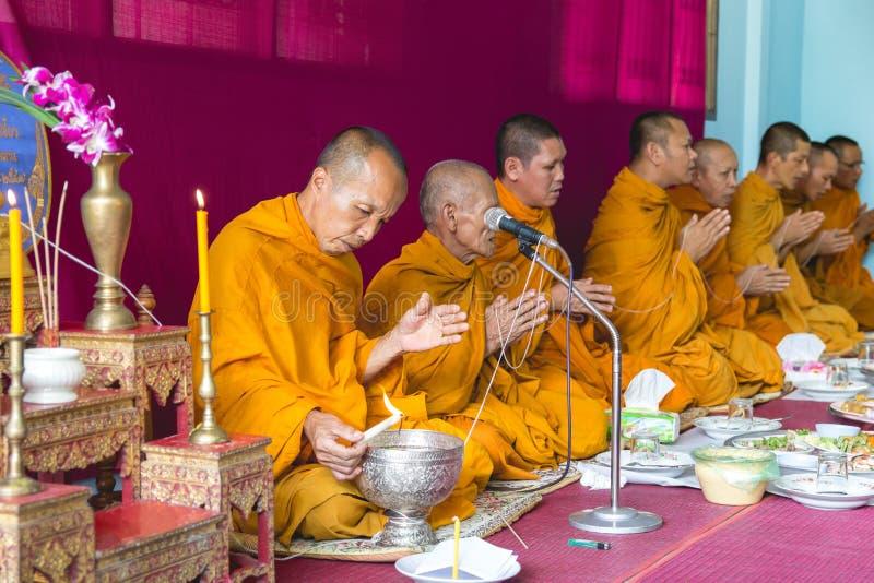 Los monjes del budismo son ruegan y formalizan el agua santa o el agua bendecida imagen de archivo libre de regalías