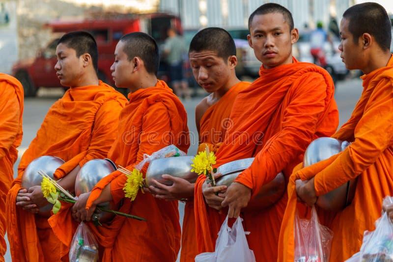 Los monjes jovenes recogen donaciones en Chiang Mai, Tailandia imagen de archivo libre de regalías
