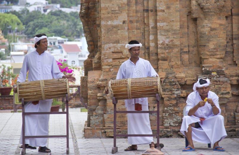 Los monjes juegan los tambores imagenes de archivo