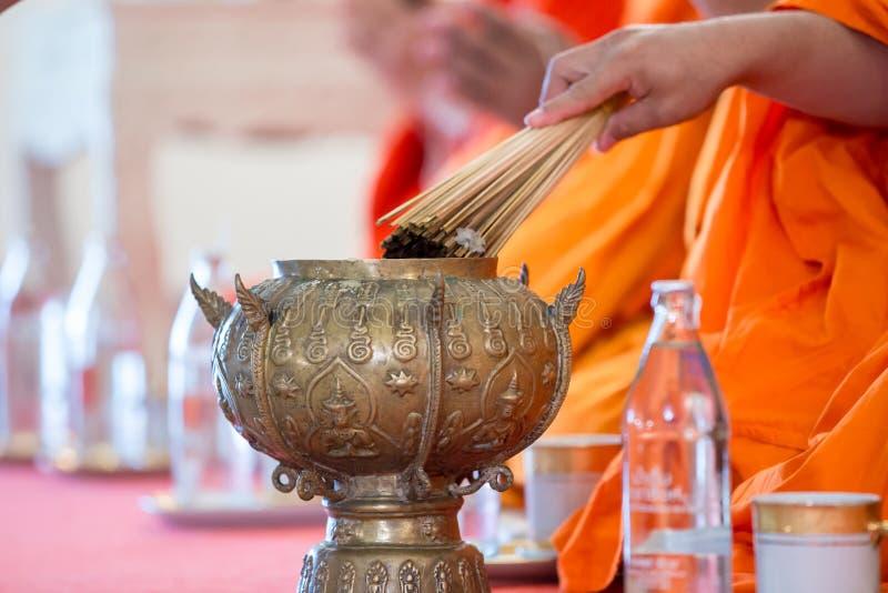 Los monjes que ruegan y bendecir por el agua santa para la ceremonia de boda fotografía de archivo