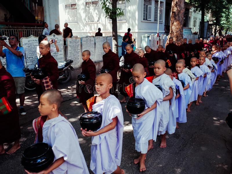 Los monjes se preparan para comer el almuerzo imágenes de archivo libres de regalías