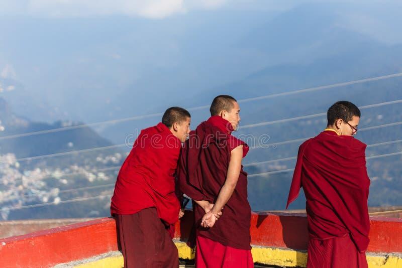 Los monjes tibetanos miraron la visión en el nivel superior del monasterio de Rumtek cerca de Gangtok Sikkim, la India imagenes de archivo