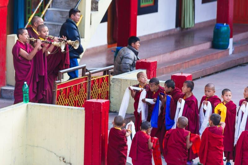Los monjes tibetanos soplaron el cuerno delante del monasterio de Rumtek para acoger con satisfacción al monje de alto nivel cerc imagenes de archivo