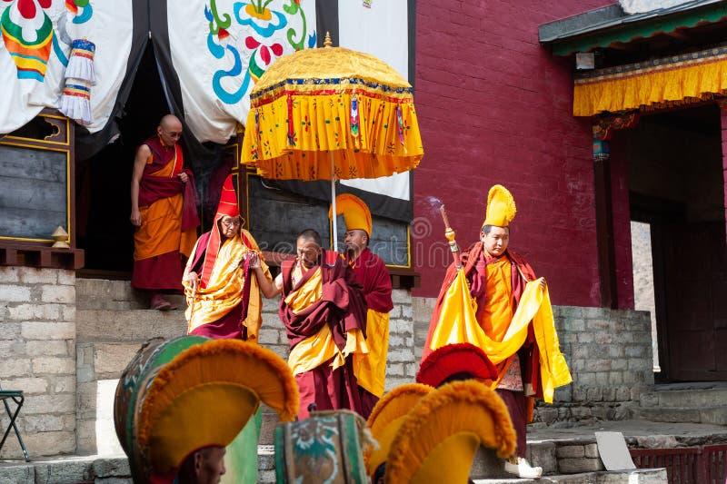 Los monjes y el lama durante el festival de Mani Rimdu en el monasterio de Tengboche foto de archivo