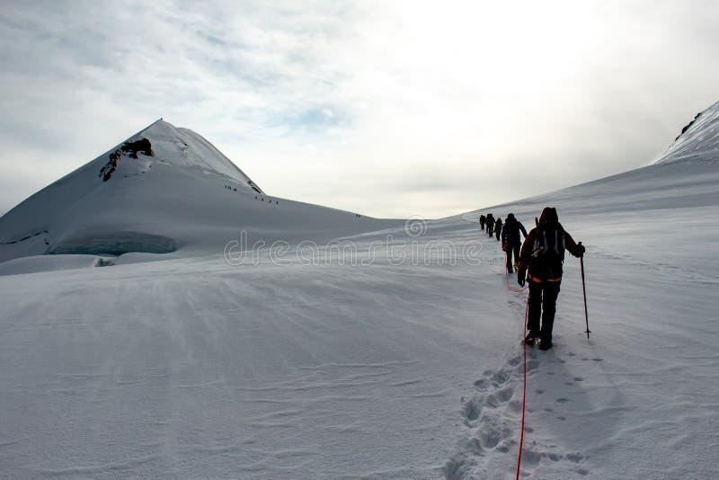 Los montañeses en un glaciar en un viaje alpino llamaron a Spaghetti Round en las montañas europeas, Monte Rosa Massif, Italia foto de archivo libre de regalías