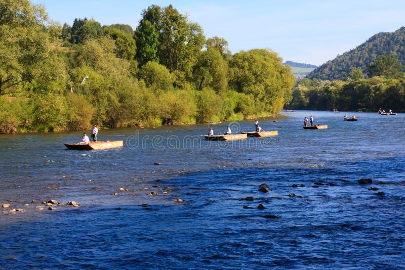 Los montañeses polacos reman los suyos barges abajo de un río fotografía de archivo