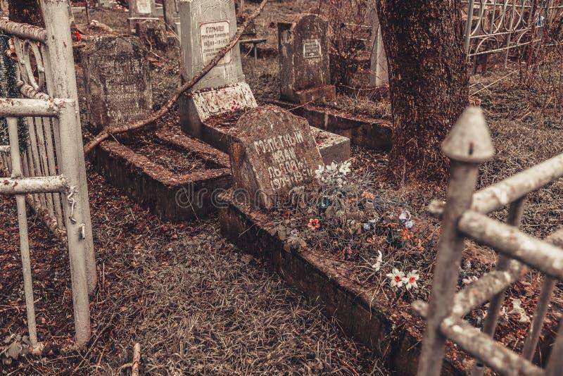 Los monumentos antiguos de las piedras sepulcrales del cementerio de las bebidas espirituosas del fantasma del misterio del misti fotos de archivo libres de regalías