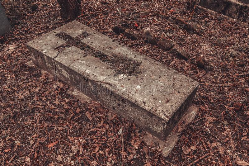 Los monumentos antiguos de las piedras sepulcrales del cementerio de las bebidas espirituosas del fantasma del misterio del misti fotografía de archivo