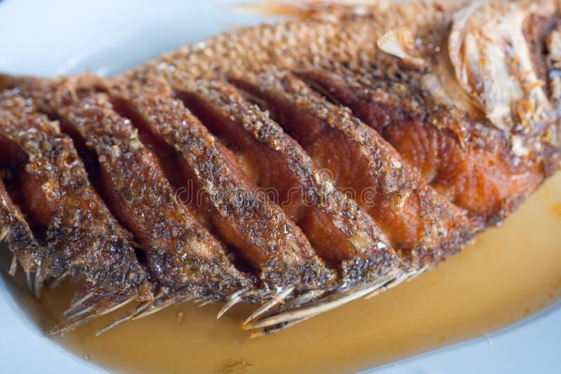 Los mordedores fritos remataron con la salsa de pescados imagen de archivo