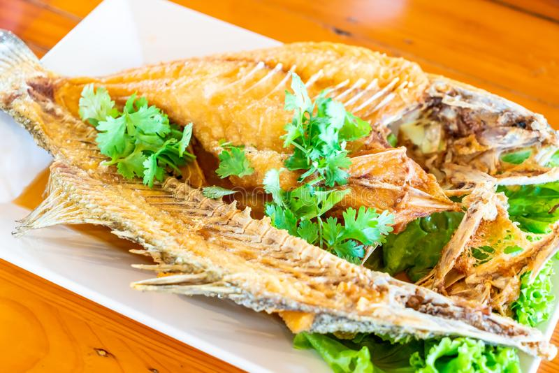 Los mordedores fritos remataron con la salsa de pescados fotografía de archivo