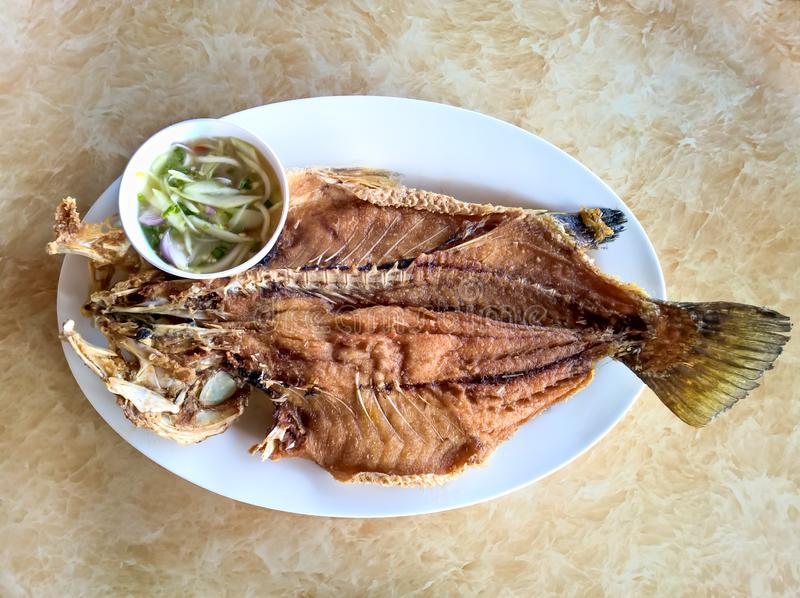 Los mordedores pescan frito remataron con la salsa de pescados y la salsa picante del mango fotografía de archivo