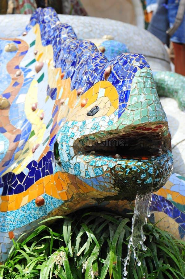 Los mosaicos de cerámica adornaron el lagarto - parque de Guell fotos de archivo libres de regalías