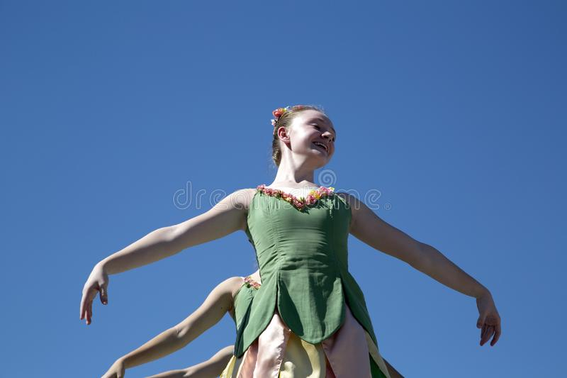 Los movimientos de los bailarines de ballet son agraciados imagen de archivo