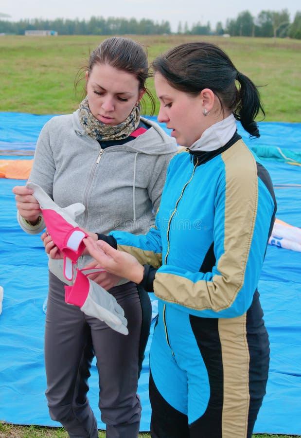 Los muchacha-paracaidistas jovenes examinan guantes fotografía de archivo