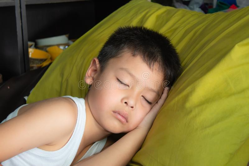 Los muchachos dormían imagenes de archivo