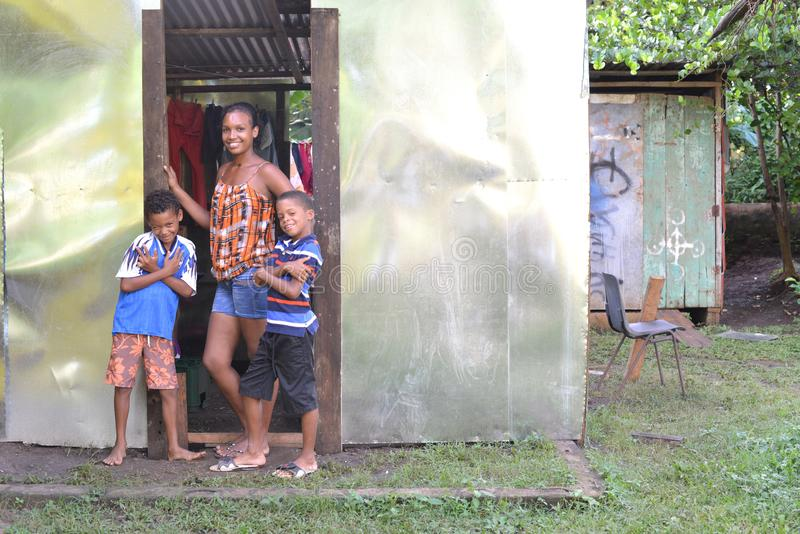 Los muchachos editoriales de la mujer cubren con cinc la isla de maíz de la casa Nicaragua fotos de archivo