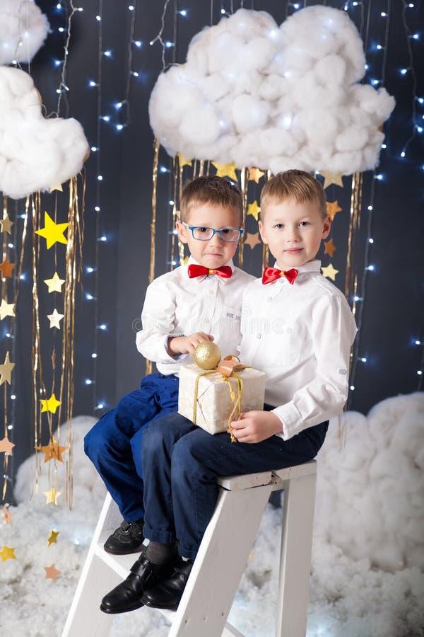 Los muchachos en un estudio con un oro protagonizan la decoración imagen de archivo libre de regalías