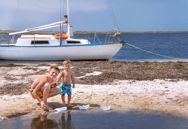 Los muchachos están en la playa. imagen de archivo libre de regalías