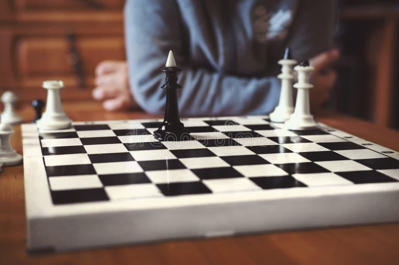los muchachos están jugando a ajedrez imágenes de archivo libres de regalías