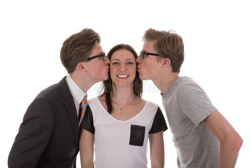 A los muchachos gemelos besa a la mujer hermosa imágenes de archivo libres de regalías