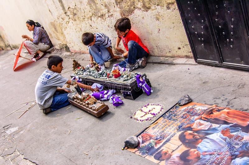 Los muchachos promulgan de nuevo la procesión de la semana santa, Antigua, Guatemala imágenes de archivo libres de regalías
