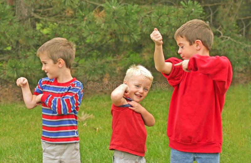 Los muchachos que muestran apagado Muscles foto de archivo