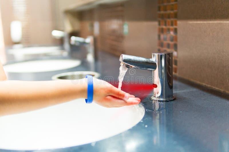 Los muchachos se están lavando la mano fotografía de archivo libre de regalías