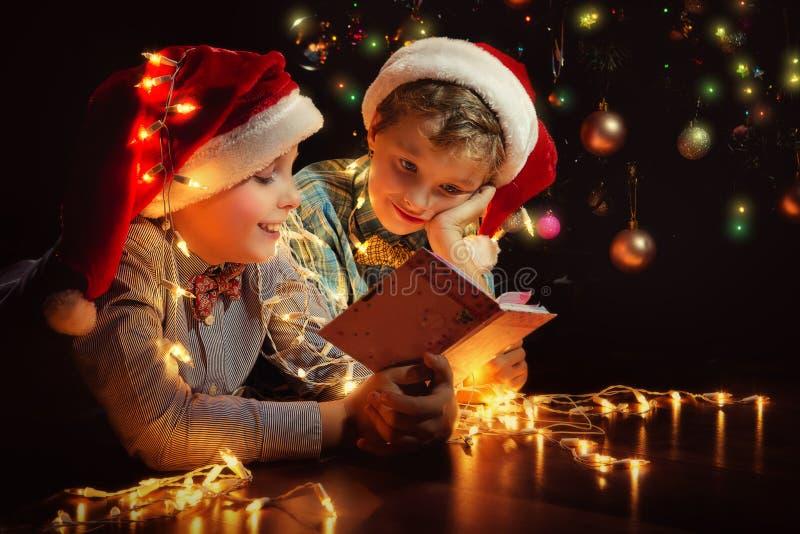 Los muchachos tienen una Navidad fotos de archivo libres de regalías