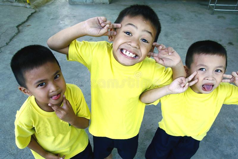 Los muchachos y las muchachas jovenes amontonan y sonríen para la cámara imágenes de archivo libres de regalías