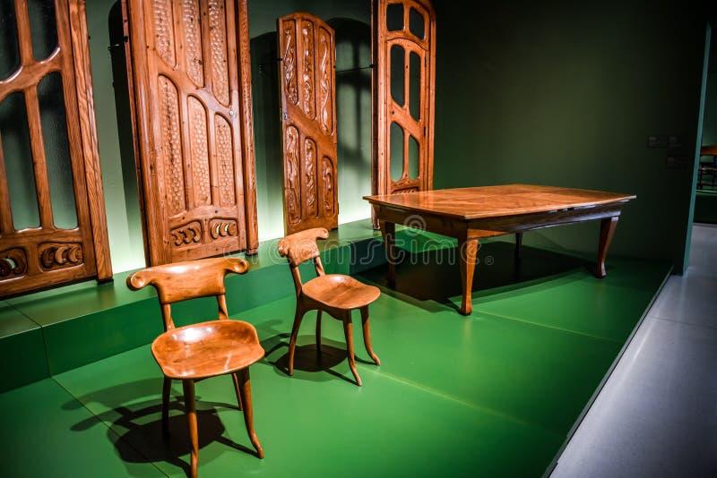 Los muebles de madera de Antoni Gaudi hicieron 1904-1906 en la exposición en Art Museum nacional de Cataluña imagen de archivo libre de regalías