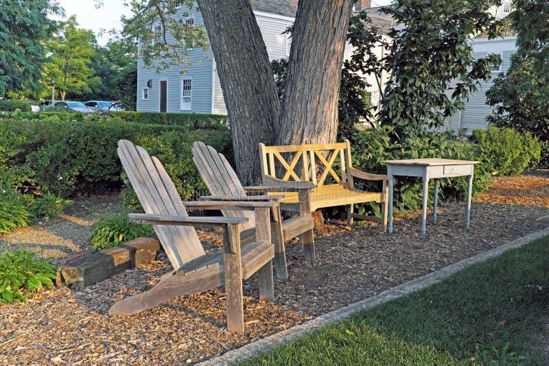 Los muebles de madera del césped se sientan hacia fuera en caída temprana en Ohio de nordeste foto de archivo libre de regalías