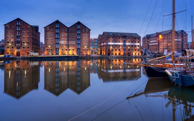 Los muelles de Gloucester y los barcos de vela reflejaron en muelle en el canal de la agudeza fotos de archivo libres de regalías
