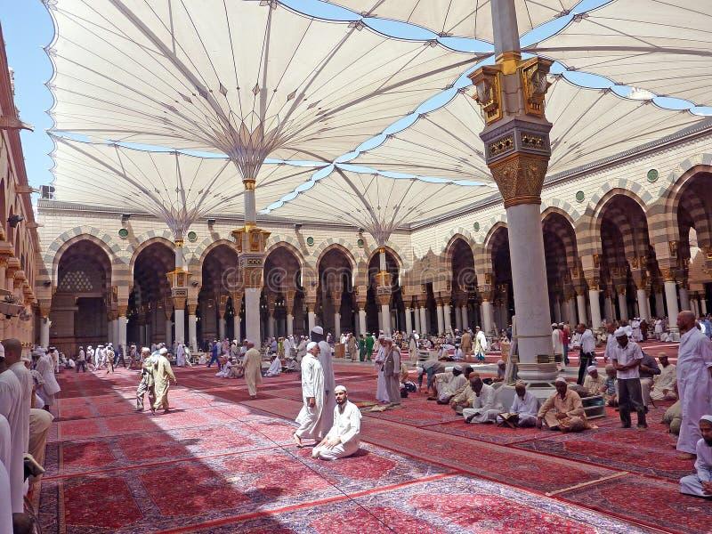 Los musulmanes consiguen listos para rogar la mezquita interior de Nabawi imagenes de archivo