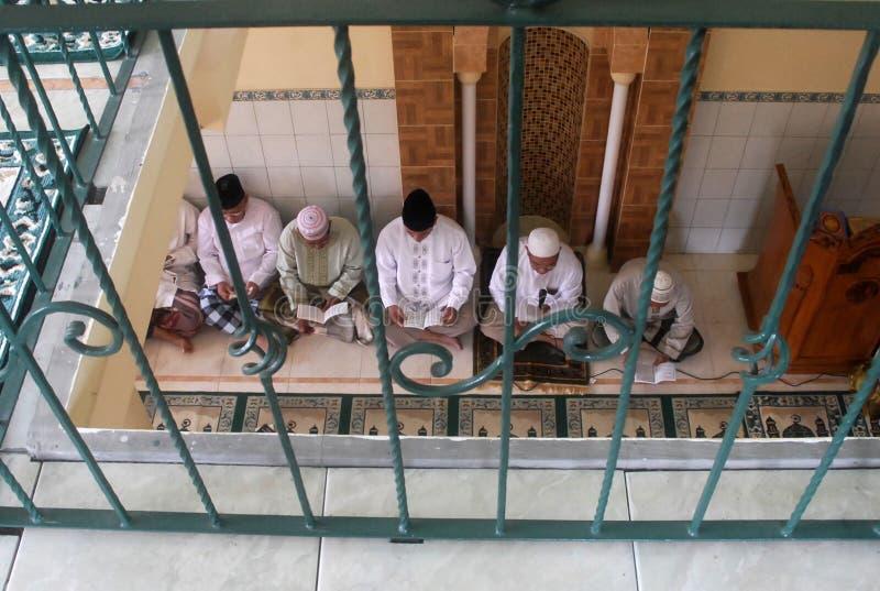 LOS MUSULMANES DE INDONESIA RECITAN CORÁN foto de archivo libre de regalías
