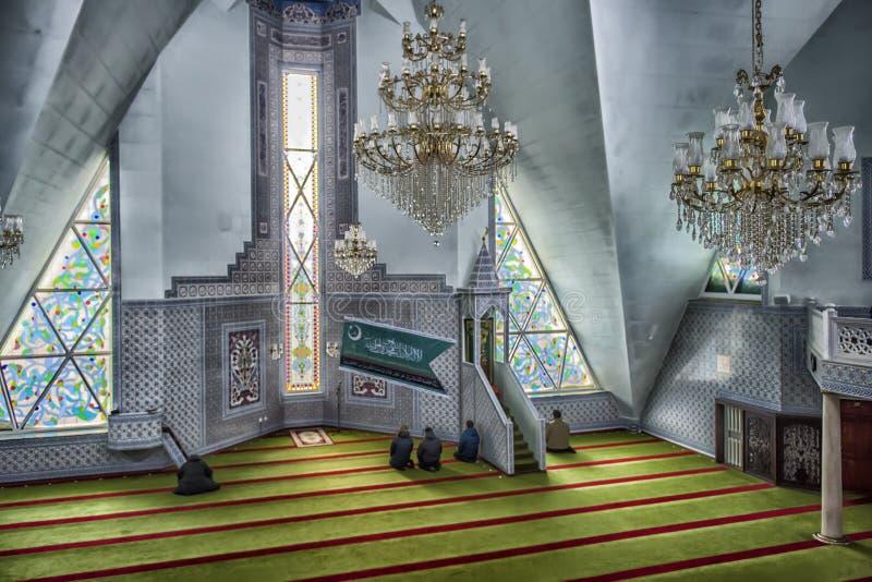 Los musulmanes ruegan en la mezquita imagenes de archivo