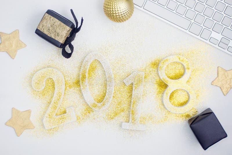 Los números que brillaban intensamente 2018 del lujo hicieron de brillo brillante del oro en la tabla blanca con la decoración de foto de archivo