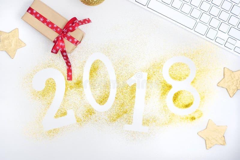 Los números que brillaban intensamente 2018 del lujo hicieron de brillo brillante del oro en la tabla blanca con la decoración de imagenes de archivo