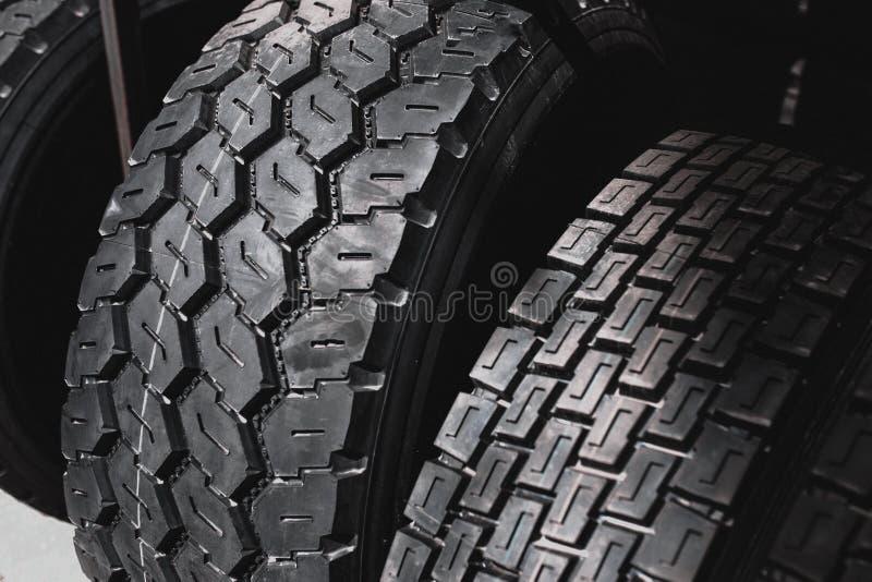 Los neumáticos grandes enormes negros grandes del cargador del camión, del tractor o de la niveladora ruedan el primer en el sopo imagen de archivo libre de regalías