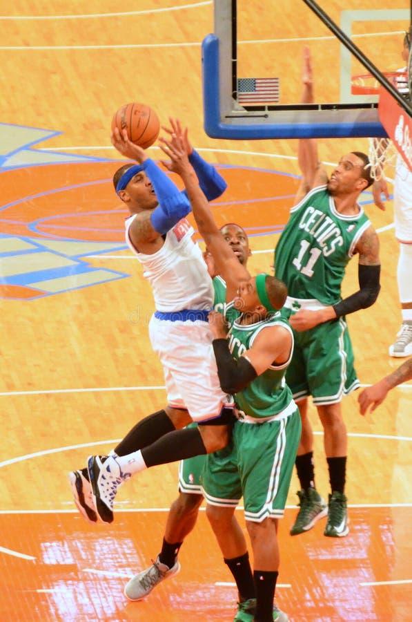 Los New York Knicks contra los Celtics de Boston imagen de archivo