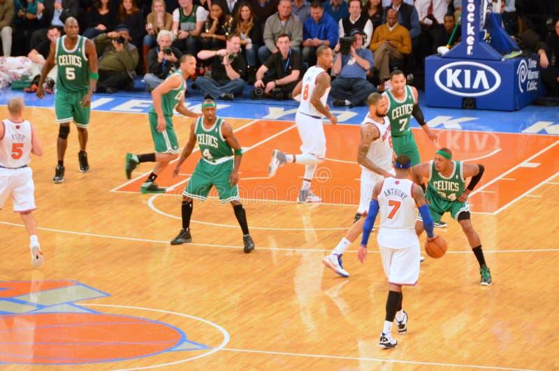 Los New York Knicks contra los Celtics de Boston fotografía de archivo