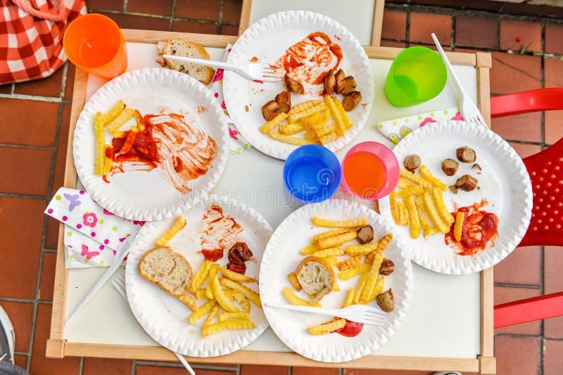 Los niños acabaron la comida con las patatas fritas imagenes de archivo