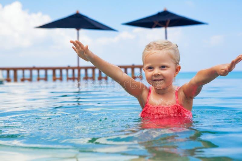 Los niños activos felices divertirse en la piscina desbordante imagen de archivo
