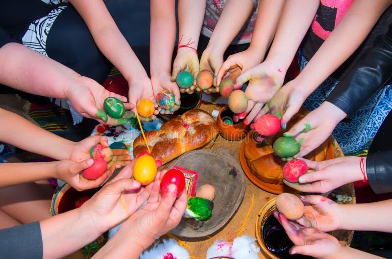 Los niños adornan los huevos de Pascua con las pinturas hechas de los materiales naturales fotografía de archivo libre de regalías