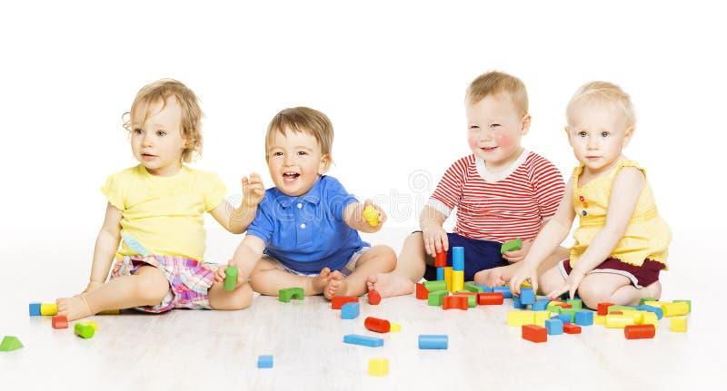 Los niños agrupan jugar bloques del juguete Pequeños niños en w fotografía de archivo libre de regalías