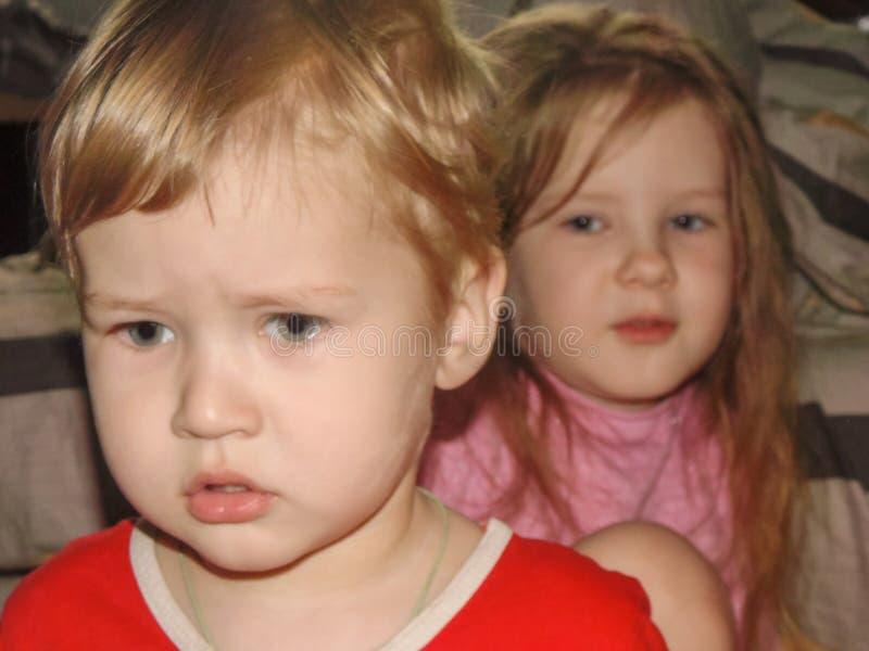 Los niños aguantan el castigo después de un accidente foto de archivo