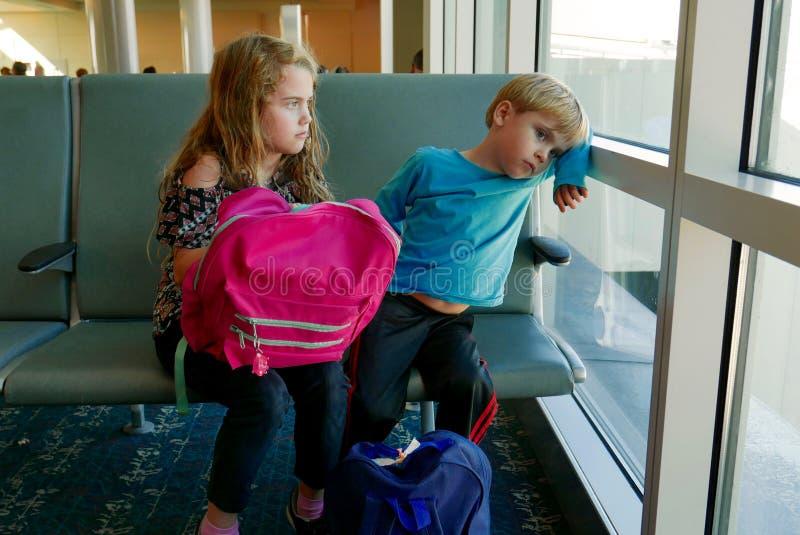 Los niños agujerearon en el aiport mientras que esperaban un vuelo fotos de archivo libres de regalías